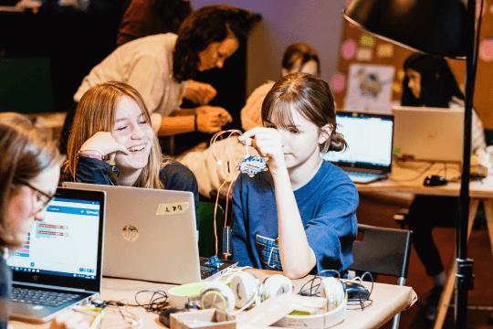 Mädchen programmieren und tueftel