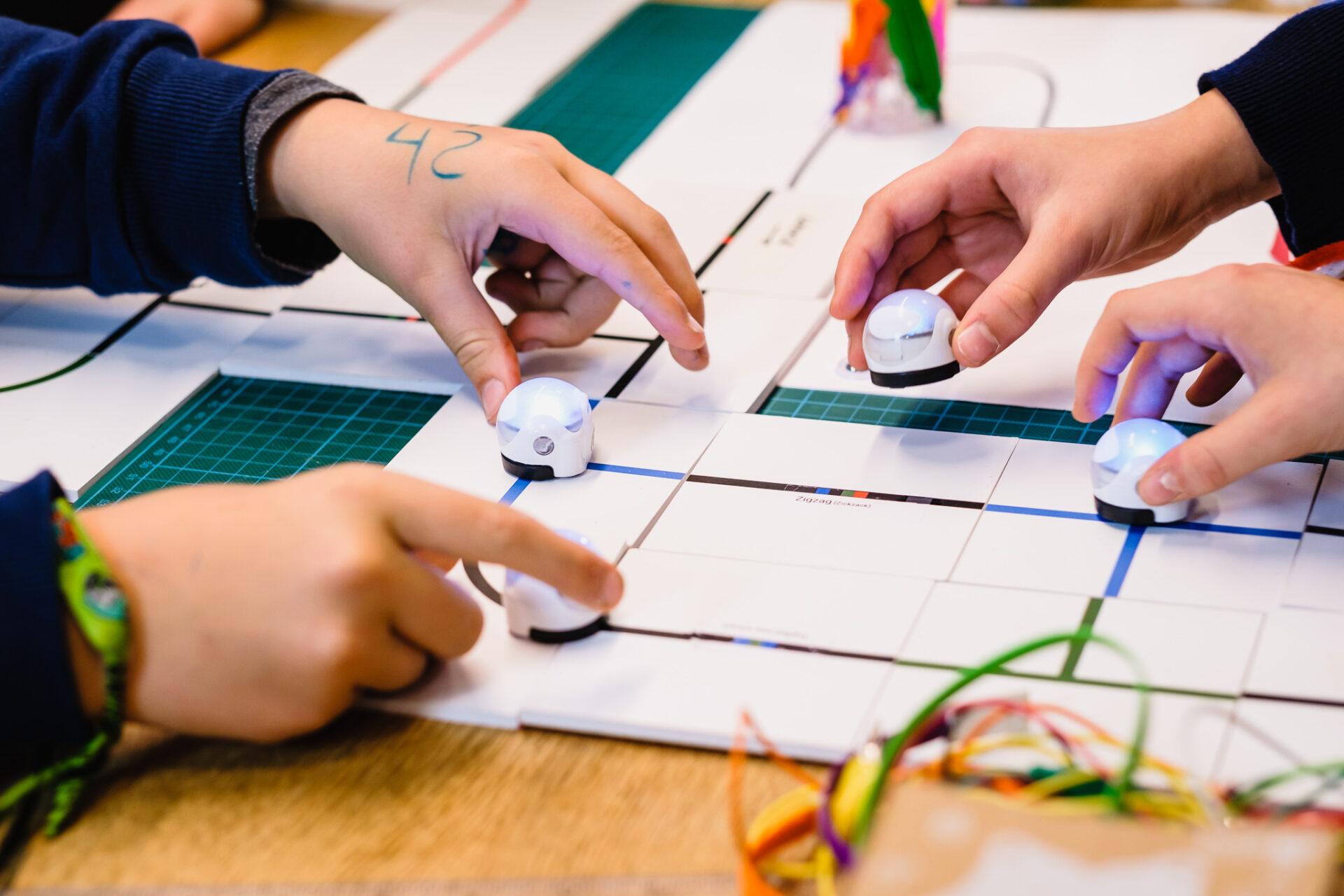 Kleine Roboter von Kinderhänden gesteuert